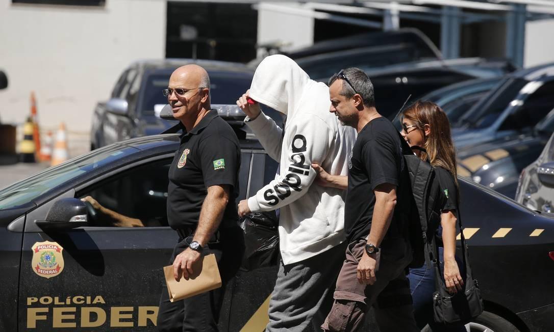 Suspeita: Agentes da PF prendem fiscal: risco de vazamento na operação Foto: Pablo Jacob / Pablo Jacob