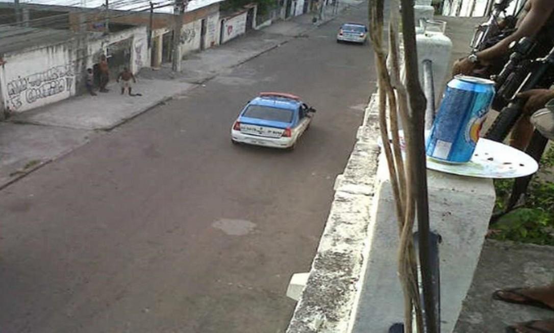 Foto que faz parte do inquérito: viatura sendo monitorada por traficantes armados na Serrinha Foto: Reprodução