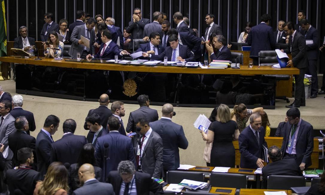 Queda de braço: Em sessão do Congresso Nacional, presidida pelo senador Davi Alcolumbre, parlamentares derrubaram vetos do presidente Jair Bolsonaro à Lei de Abuso de Autoridade Foto: Daniel Marenco / Agência O Globo