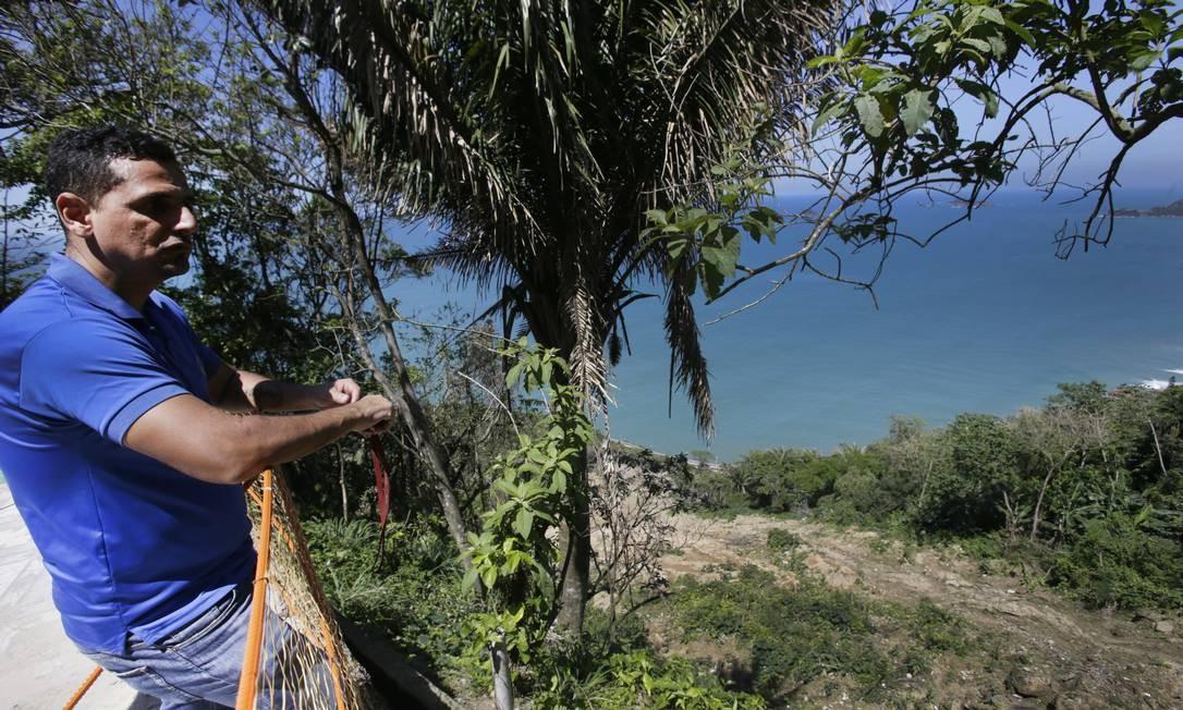 O morador do Morro do vidigal Alexander Dufrayer observa a area de deslizamento onde ficava sua casa. A prefeitura vem realizando obras de cntneão da encosta Foto: Antonio Scorza / Agência O Globo - 02/10/2019