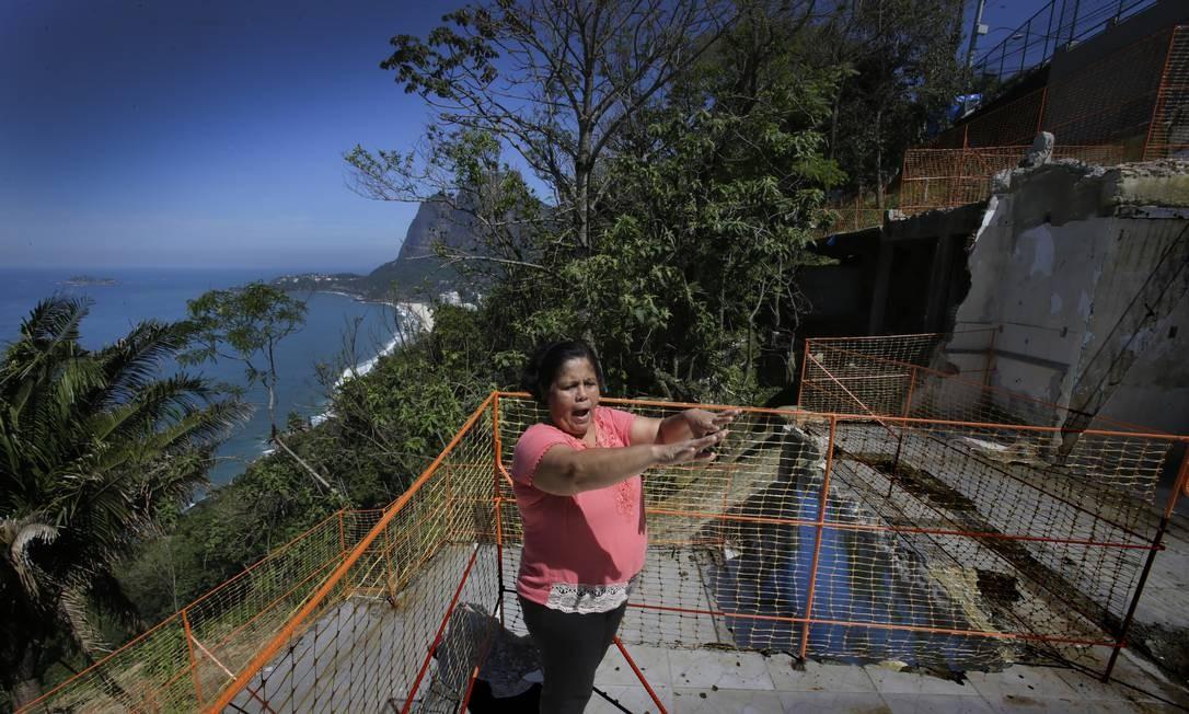 Alice Pinto, moradora do Vidigal, caminha sobre a laje da cozinha do que foi sua casa junto a àrea de deslizamento Foto: Antonio Scorza / Agência O Globo - 02/10/2019