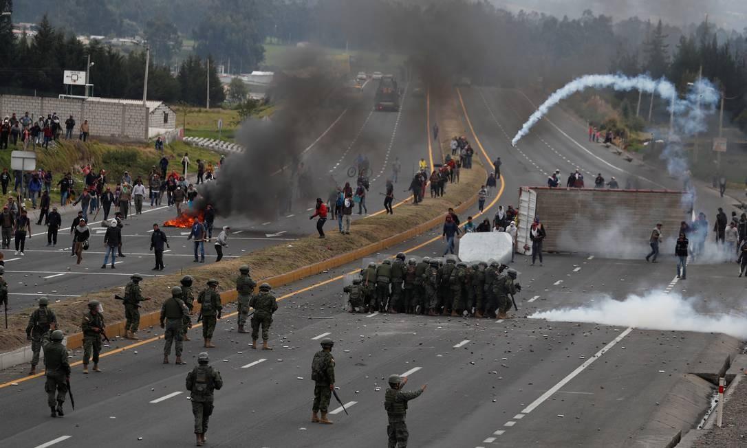 Manifestantes bloqueiam estrada em protesto contra o fim dos subsídios dos combustíveis Foto: CARLOS GARCIA RAWLINS / REUTERS