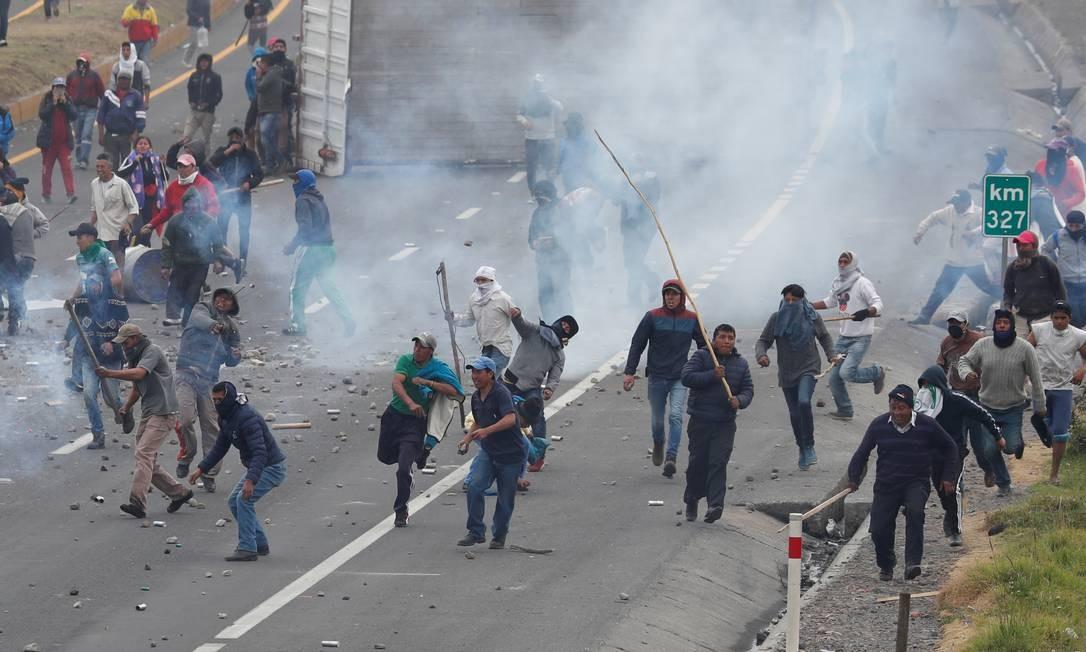 Confronto entre policiais e manifestantes na cidade de Lasso, no Equador Foto: CARLOS GARCIA RAWLINS / REUTERS