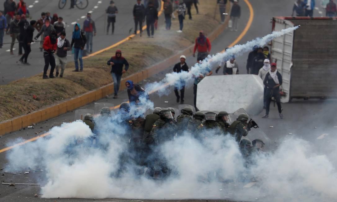 Para dispersar manifestantes, policiais atiraram bombas de gás lacrimogêneo Foto: CARLOS GARCIA RAWLINS / REUTERS