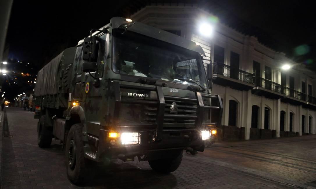 Soldados patrulham o centro de Quito, capital do Equador Foto: CRISTINA VEGA / AFP
