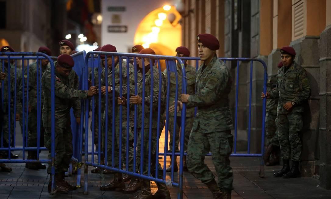 Rua de Quito bloqueada para impedir protestos contra a retirada dos subsídios dos combustíveis Foto: CRISTINA VEGA / AFP