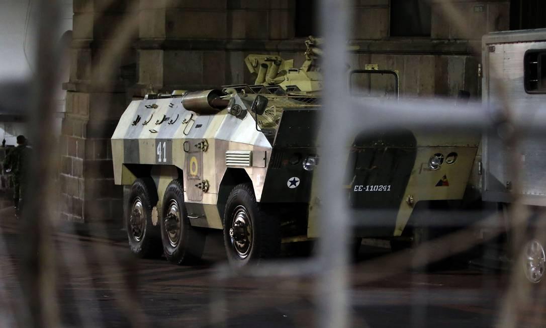 Veículo do exército patrulha rua de Quito, capital do Equador Foto: CRISTINA VEGA / AFP