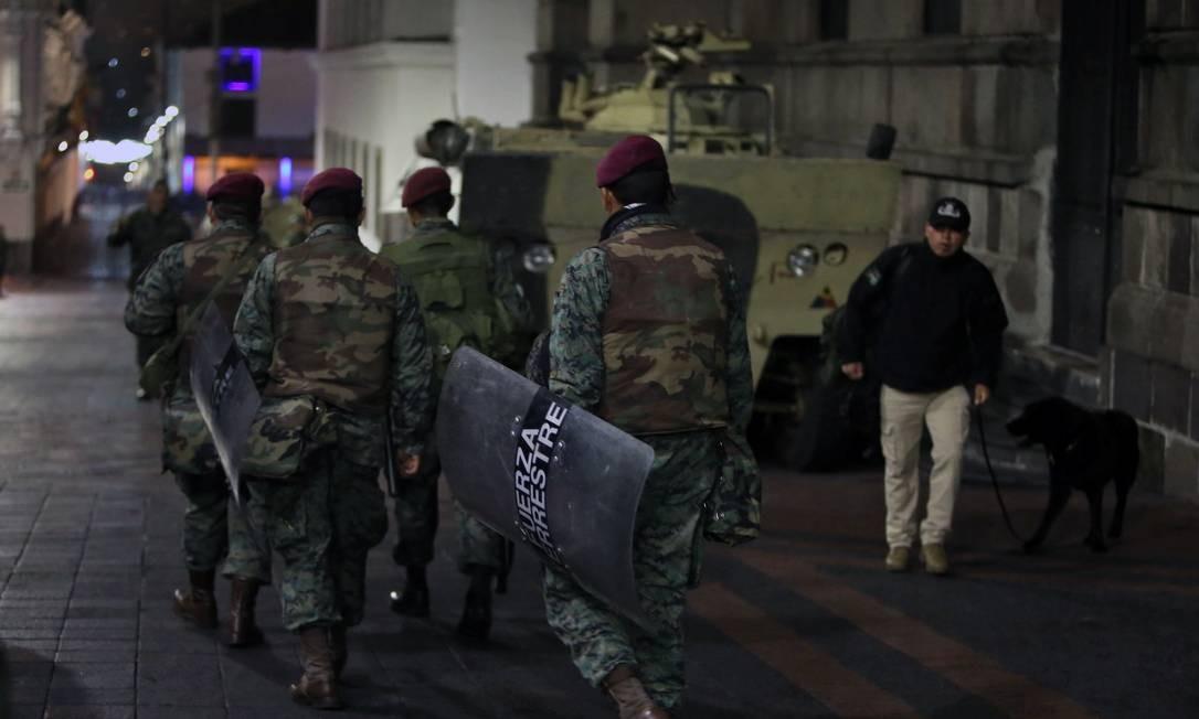 Soldados patrulham as ruas do Centro de Quito, capital do Equado Foto: CRISTINA VEGA / AFP