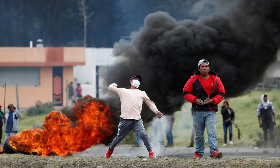 Manifestantes fizeram barricadas e atearam fogo para impedir a passagem de veículos em estrada Foto: CARLOS GARCIA RAWLINS / REUTERS