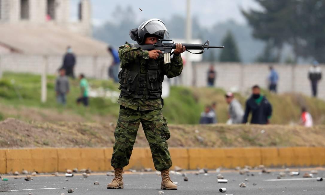 Soldado aponta arma para os manifestantes em Lasso, Equador Foto: CARLOS GARCIA RAWLINS / REUTERS