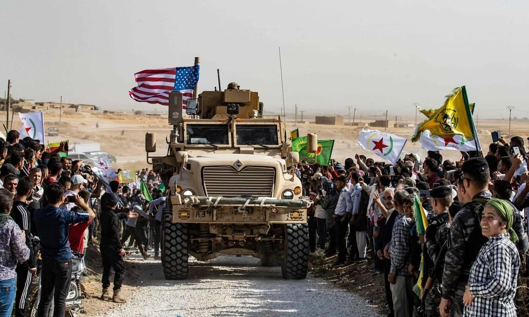 Curdos fazem manifestação contra as ameaças militares do governo turco ao redor de veículo armado americano Foto: DELIL SOULEIMAN / AFP / 06-10-2019