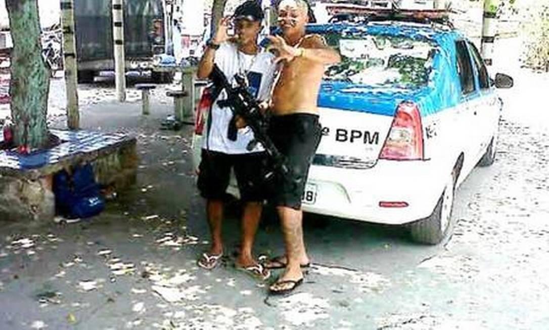 Carro da Polícia Militar serve de cenário para fotos de traficantes do Morro da Serrinha, Madureira. As fotos dos traficantes posando com as viaturas motivaram a abertura da investigação, em 2014 Foto: Reprodução