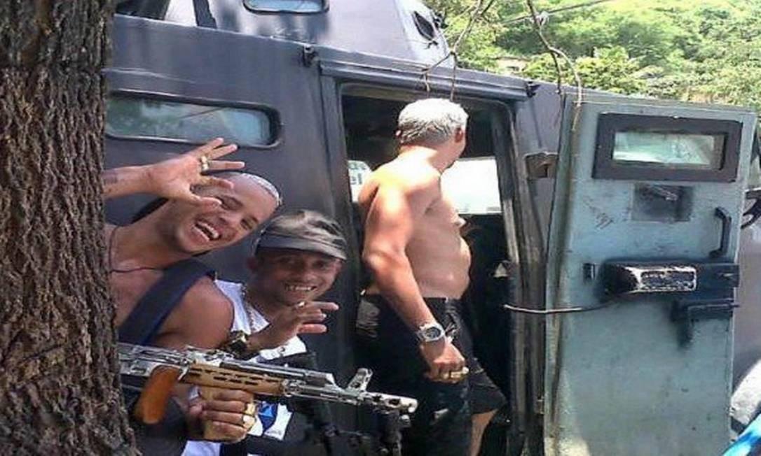 Traficantes do Morro da Serrinha, Madureira, Zona Norte do Rio, fotografados no caveirão da PM, durante uma operação que os agentes faziam no Largo da Raia, dentro da Serrinha, no dia 12 de janeiro de 2014 Foto: Reprodução
