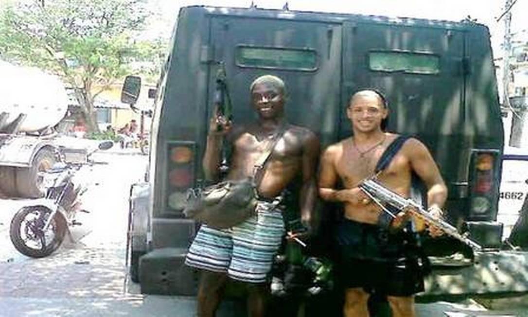 Fotografia de traficantes do Morro da Serrinha atrás de blindado (caveirão) da Polícia Militar no Morro da Serrinha, Madureira, durante operação no dia 12 de janeiro de 2014 Foto: Reprodução