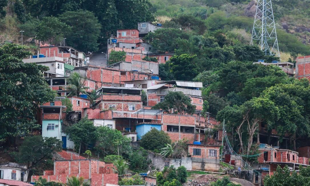 O tráfico de drogas no Morro da Serrinha é comandado pelo traficante conhecido como Lacoste Foto: Marcelo Régua / Agência O Globo