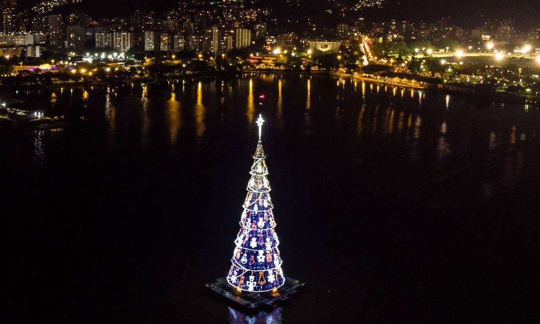 Árvore de Natal da Lagoa Rodrigo de Freitas está ameaçada por falta de recursos financeiros Foto: Brenno Carvalho / Agência O Globo