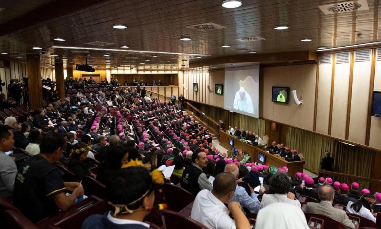 O Sínodo da Amazônia reúne cerca de 250 participantes, dentre eles 184 bispos e 35 mulheres. Entre os assuntos a serem discutidos está o permissão para homens casados serem sacerdotes Foto: VATICAN MEDIA / REUTERS