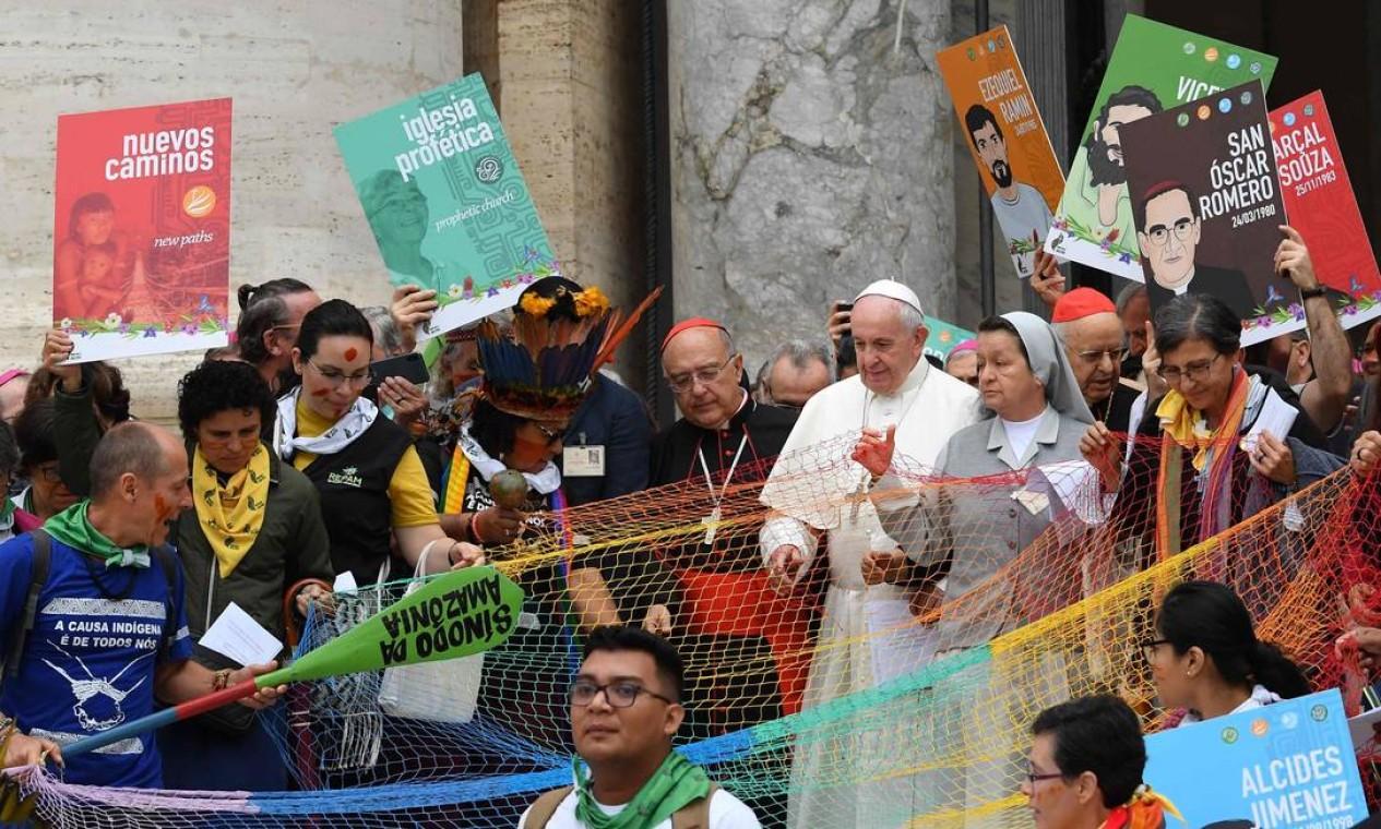 O Papa Francisco cercado por grupos étnicos da floresta tropical amazônica e prelados católicos Foto: ANDREAS SOLARO / AFP