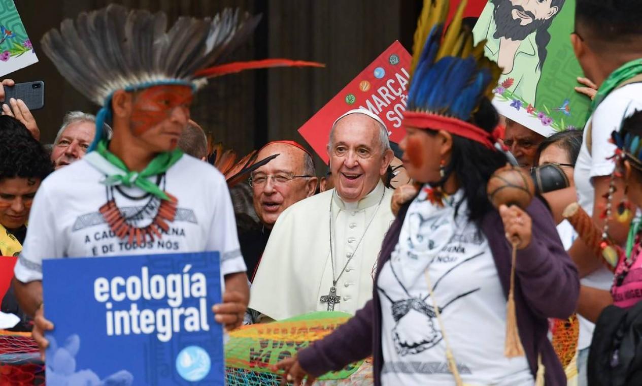 O Papa Francisco com representantes dos povos indígenas na Basílica de São Pedro, no Vaticano Foto: ANDREAS SOLARO / AFP