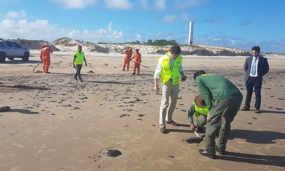Salles vistoriou local de óleos no Sergipe: segundo ele, ministério atua em 42 municípios Foto: Reprodução