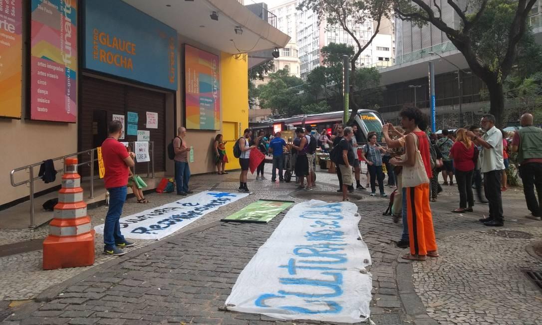 Manifestantes se reuniram nesta segunda-feira em frente ao Teatro Glauce Rocha, no Centro do Rio Foto: Karen Garcia / Agência O Globo