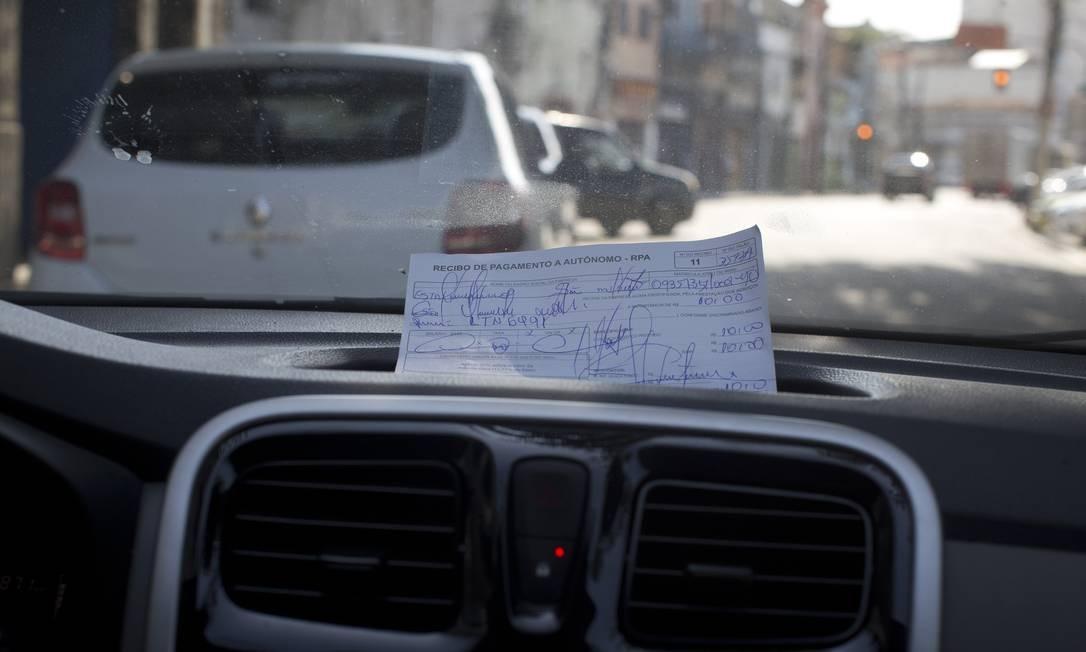 Flanelinha dá um RPA como recibo de estacionamento Foto: Márcia Foletto / Agência O Globo