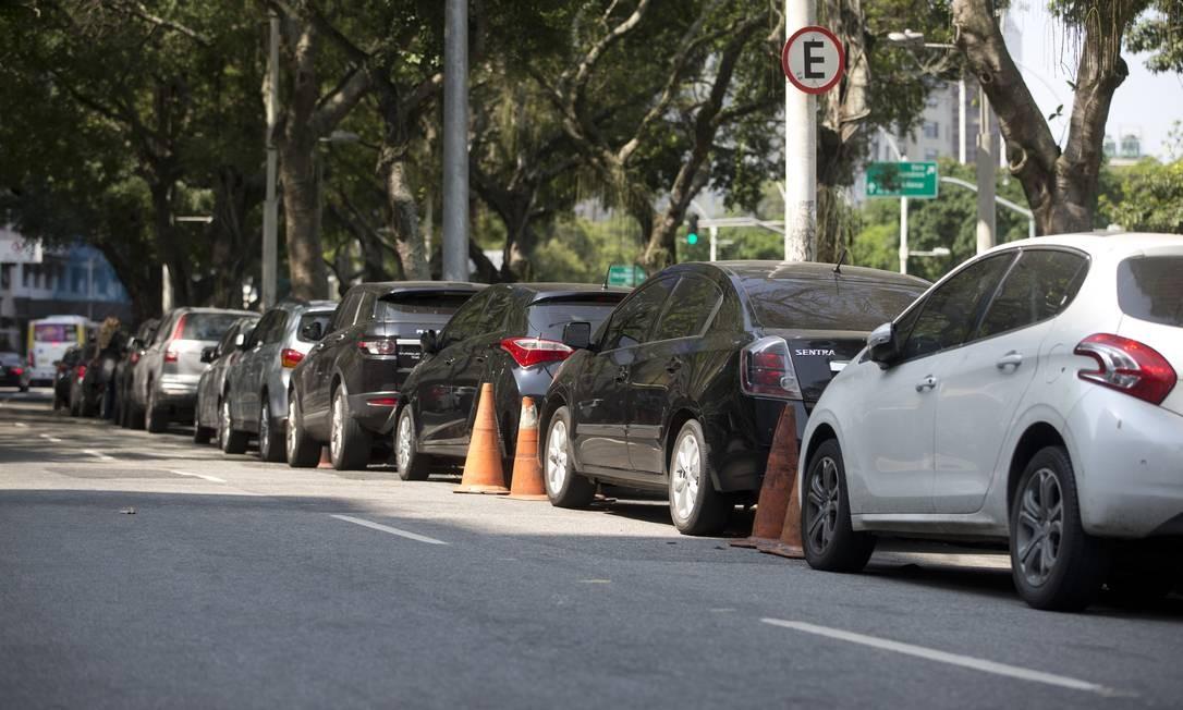 Na Avenida Beira-Mar, próximo ao IBMEC, no Centro, é permitido estacionar, mas cones são colocados para reservar vagas e cobrar por elas Foto: Márcia Foletto / Agência O Globo