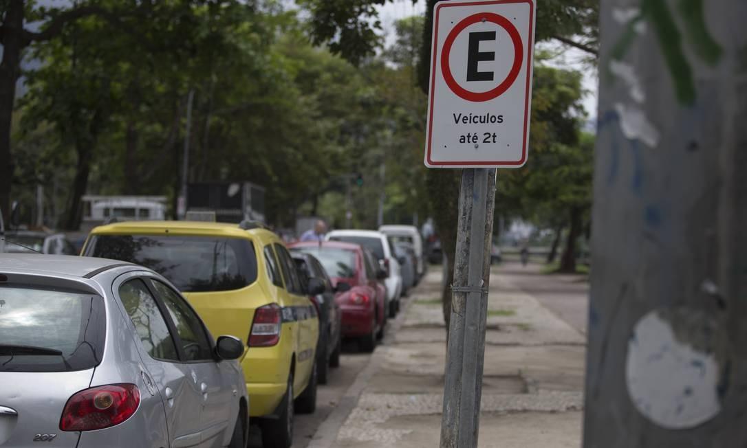 Na Avenida Borges de Medeiros, junto à Cruzada São Sebastião, estacionamento não deveria ser cobrado, mas flanelinha tira talão e cobra de motoristas Foto: Márcia Foletto / Agência O Globo