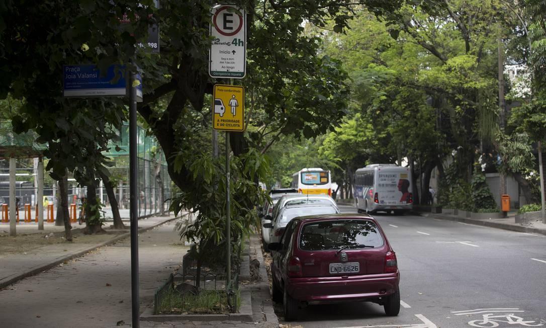 Na Rua Muniz Barreto, em Botafogo, o guardador nem sempre está no local. Sem talão, carros são rebocados Foto: Márcia Foletto / Agência O Globo
