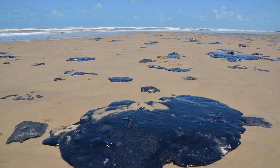 Mancha de óleo nas proximidades da Praia do Viral, em Aracaju Foto: Márcio Garcez / Agência O Globo