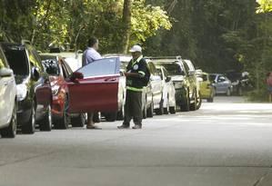 a Estrada das Paineiras, um guardador uniformizado cobra R$ 10 num trecho onde o estacionamento é proibido Foto: Antonio Scorza / Agência O Globo