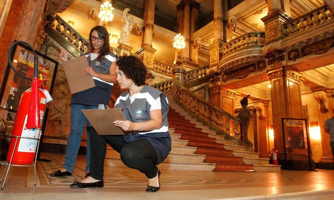 Fiscais da controladoria geral do estado. Fazem vistoria no Teatro Municipal Foto: Divulgação