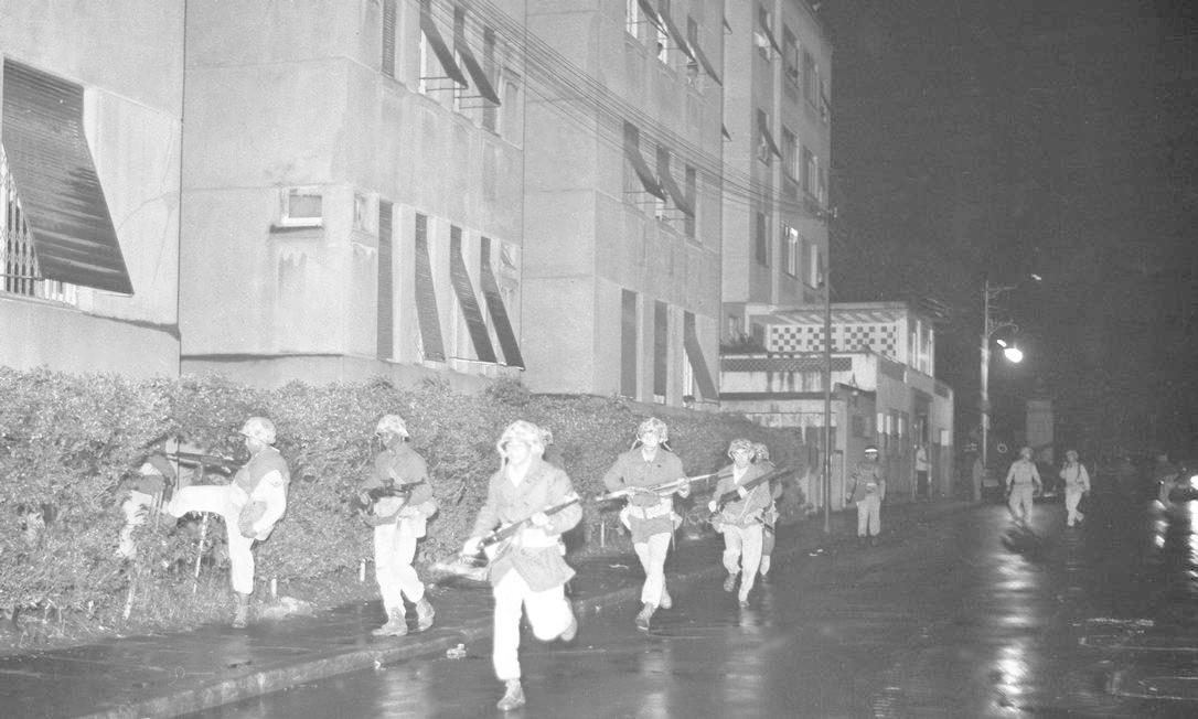 Soldados armados durante o golpe militar, em 31 de março Foto: Agência O Globo