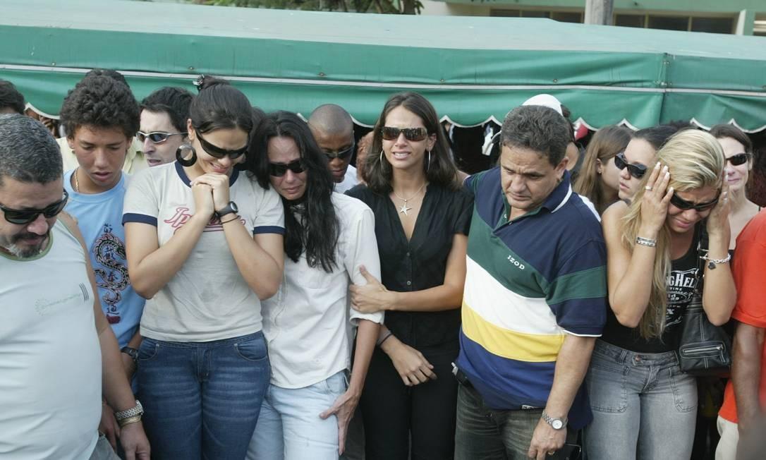 O filho Mirinho, a filha Tamara, a ex-mulher Sabrina e a filha Shana (de azul da esquerda para a direita) no enterro de Maninho Foto: Guilherme Pinto / Agência O Globo - 29/09/2004