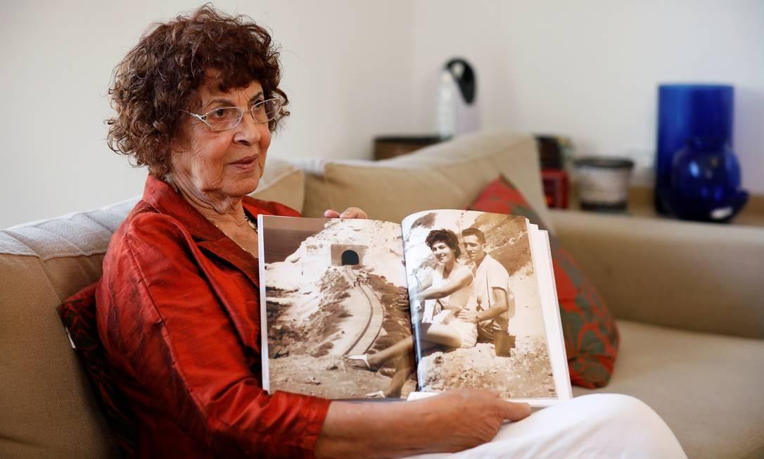 Nadia, viúva do espião israelense Eli Cohen, mostra fotografias de família Foto: AMIR COHEN / REUTERS