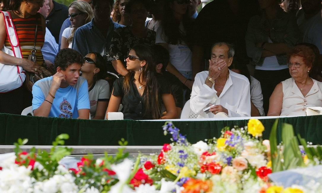 Shanna (de preto) com o irmão Mirinho (de azul), o avô Waldemir Garcia, o bicheiro Miro (branco) e a avó, Dona Maria, no enterro de Maninho Foto: Marco Antônio Cavalcanti / Agência O Globo - 29/09/2004