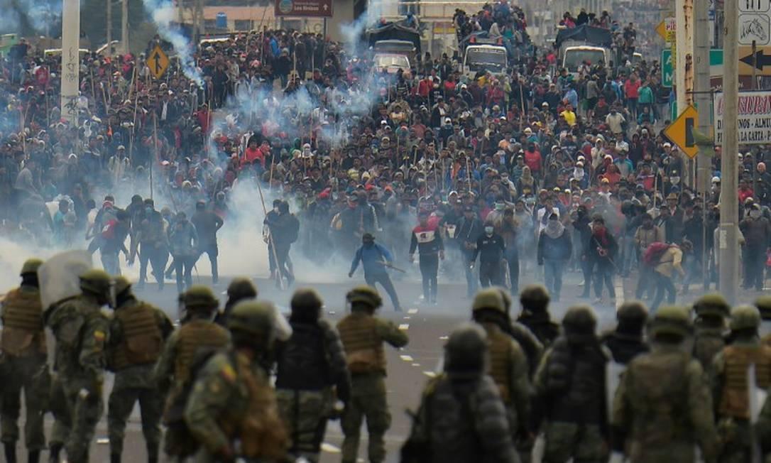 Manifestantes em confronto com forças de segurança em Quito, no Equador Foto: RODRIGO BUENDIA / AFP / 07-10-2019