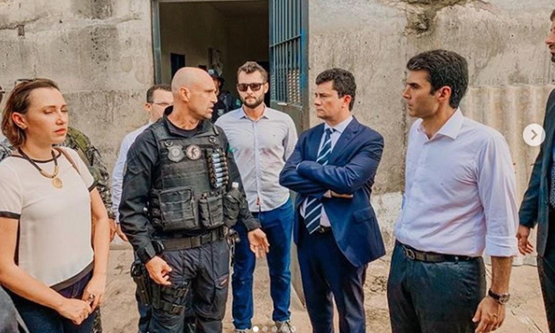 O agente penitenciário Maycon Cesar Rottava, de óculos escuro, próximo do ministro Sergio Moro Foto: Reprodução/Instagram