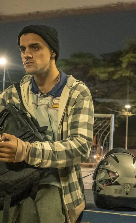 Maicon Douglas (Felipe Simas): trabalhando como motoboy durante o dia para sustentar a família, o jovem recorre ao uso de drogas para poder dar conta da jornada extenuante Foto: Mauricio Fidalgo / TV Globo