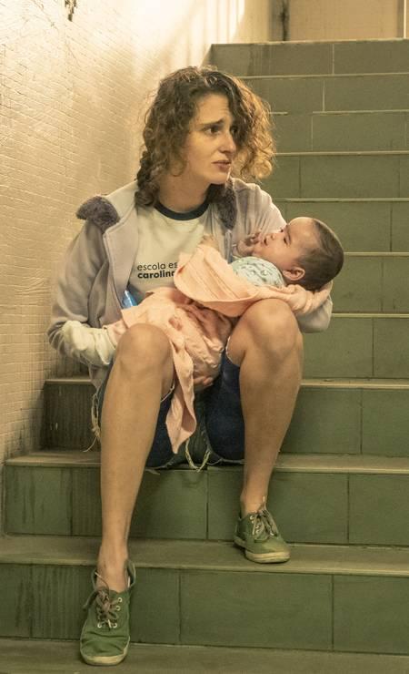 Solange (Carol Duarte): após ser mãe, a jovem precisa ir à escola com seu bebê, o que desperta o incômodo de alguns colegas Foto: Mauricio Fidalgo / TV Globo