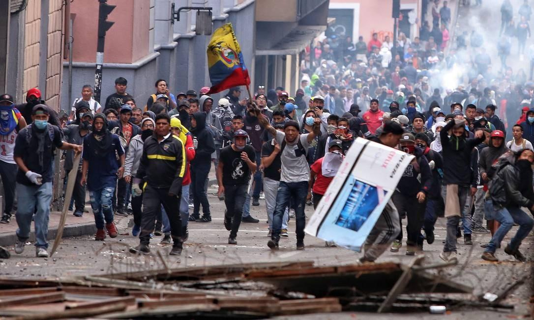 No domingo, camponeses e indígenas bloquearam estradas e tentaram impedir a passagem das forças equatorianas Foto: CRISTINA VEGA / AFP / 07/10/2019