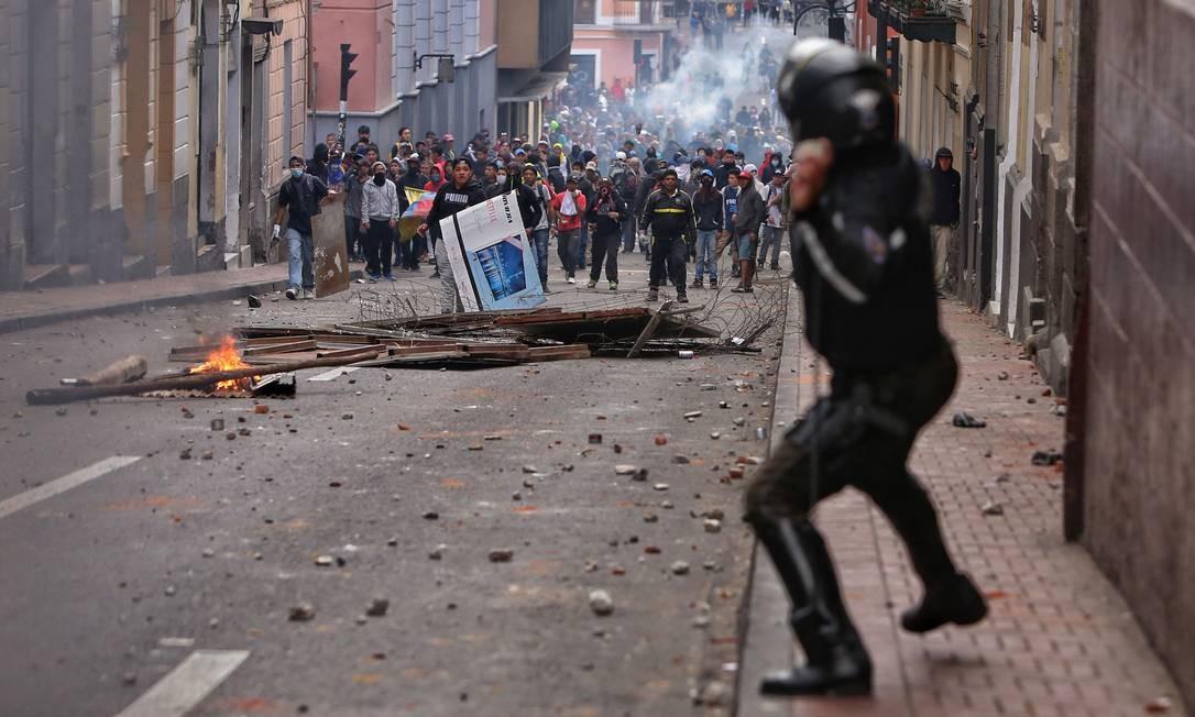 Agentes da polícia de choque entraram em confronto com manifestantes durante os protestos em Quito Foto: CRISTINA VEGA / AFP / 07/10/2019