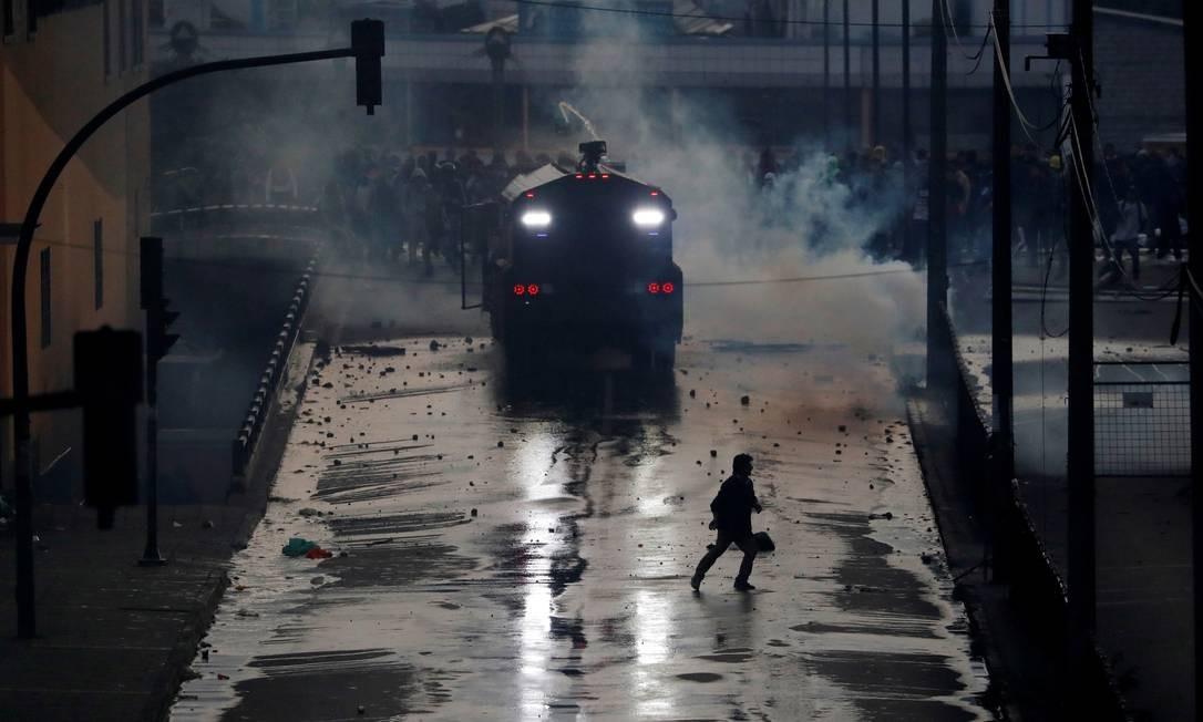 Um veículo da polícia de choque cruza uma avenida durante um protesto contra as medidas de austeridade do governo Foto: CARLOS GARCIA RAWLINS / REUTERS / 07/10/2019