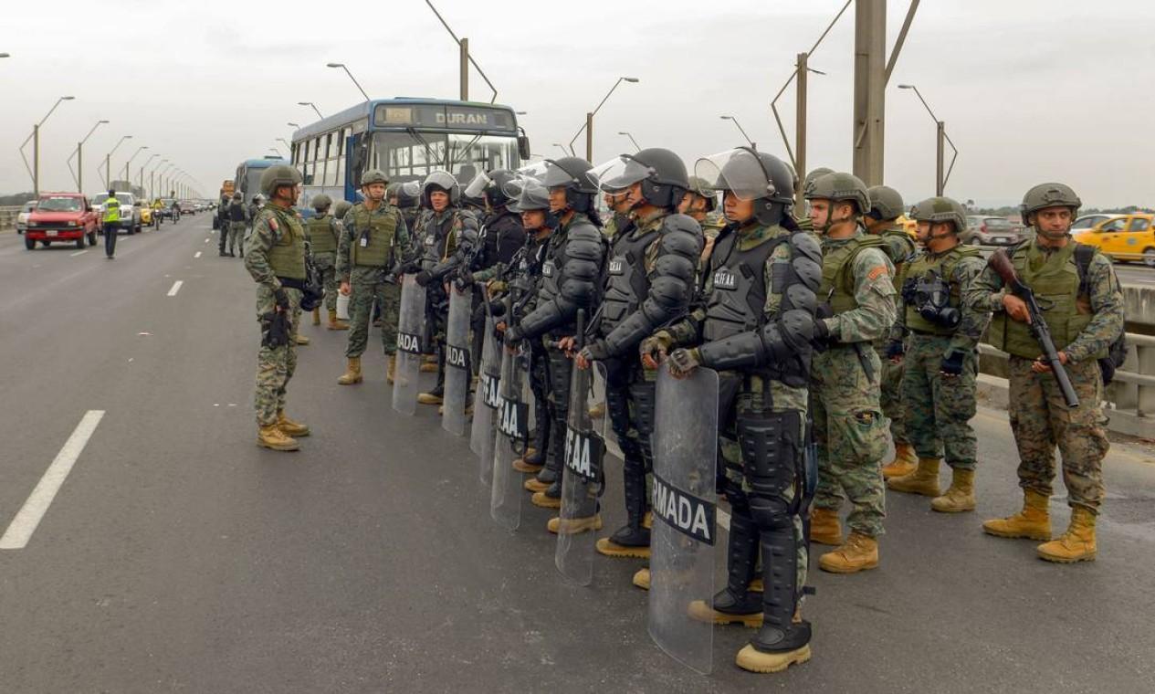 Em resposta aos protestos, que deixaram um morto no último domingo, militares equatorianos montaram guarda na Ponte Nacional da Unidade, em Guayaquil, para onde foi transferida a sede do governo Foto: MARCOS PIN / AFP