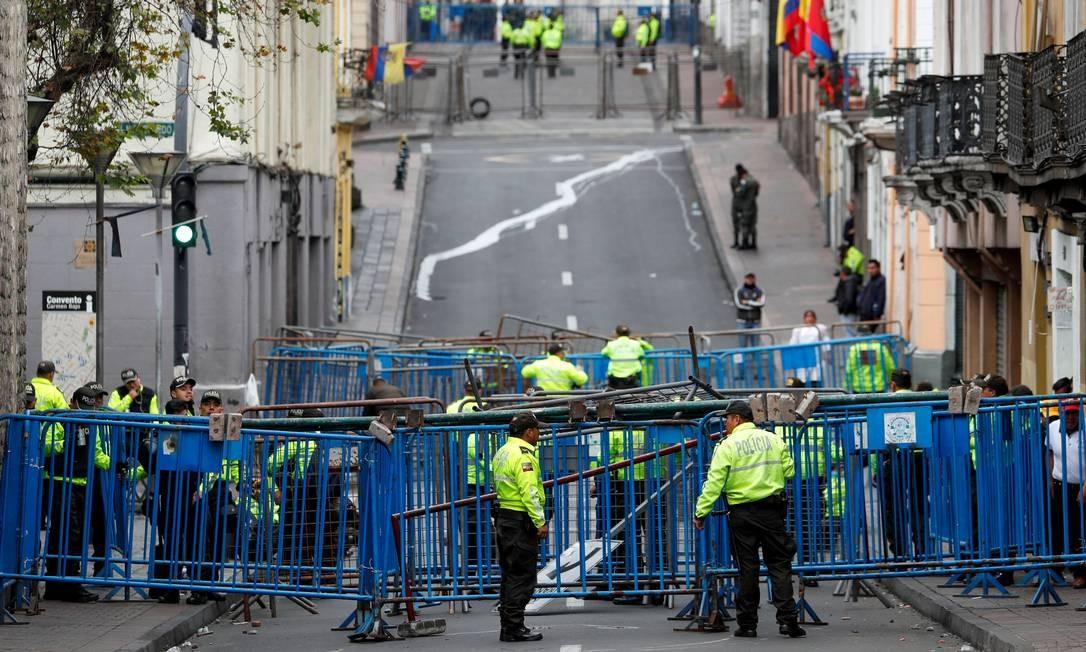 Além de tentar conter os protestos, uma das preocupações da guarda equatoriana é proteger o Palácio Presidencial, em Quito Foto: CARLOS GARCIA RAWLINS / REUTERS