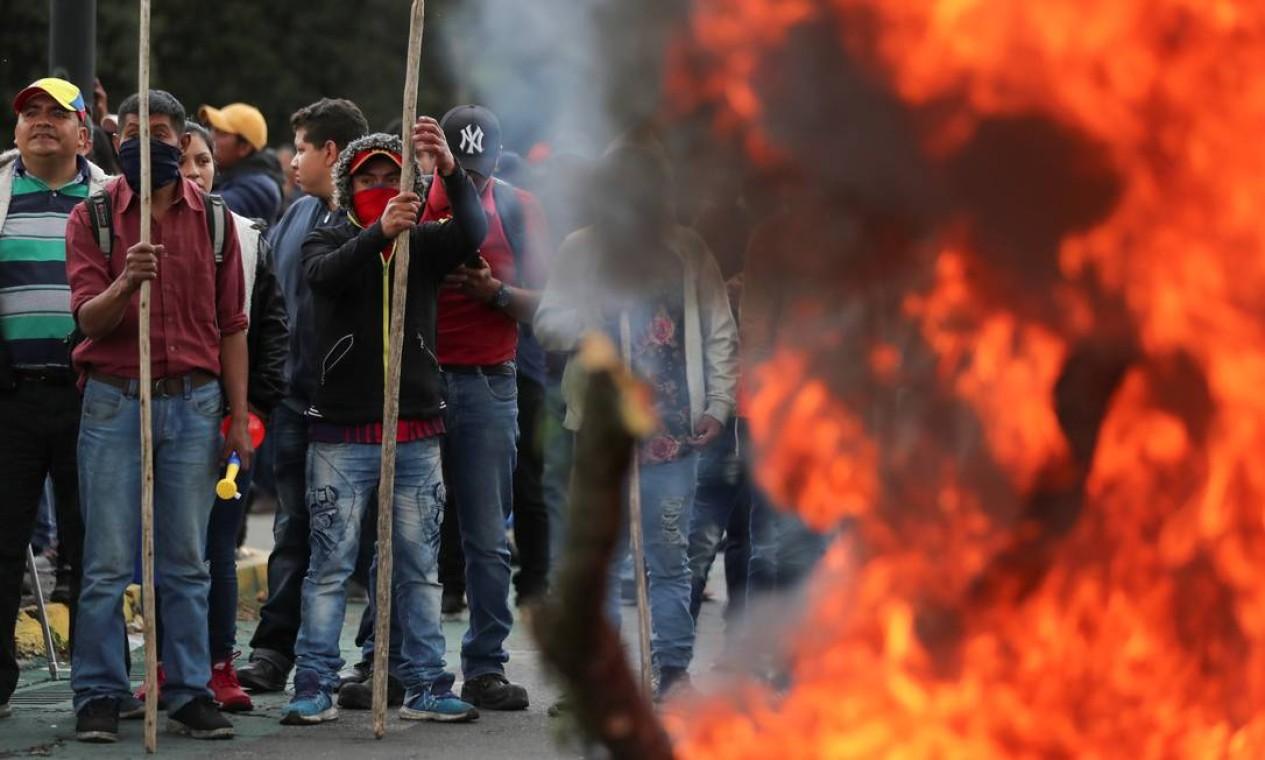 Manifestantes ateiam fogo a uma barricada durante protesto em Quito. O presidente do Equador começou a governar a partir de Guayaquil depois de deixar a capital na segunda-feira, temendo um protesto liderado pelo movimento indígena Foto: IVAN ALVARADO / REUTERS
