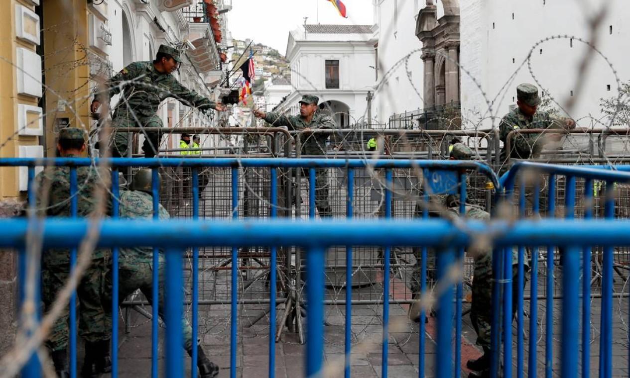 Soldados inclusive colocaram arame farpado em uma barricada do lado de fora do local para proteger o Palácio Foto: CARLOS GARCIA RAWLINS / REUTERS