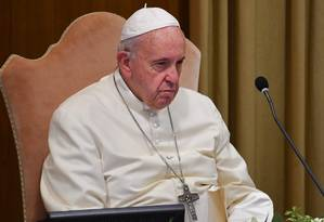 O Papa Francisco participa do segundo dia de discussões da assembleia dos bispos no Vaticano Foto: ANDREAS SOLARO / AFP