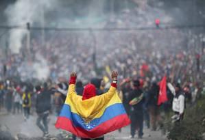 Com a bandeira do Equador, manifestante protesta em Quito Foto: IVAN ALVARADO / REUTERS