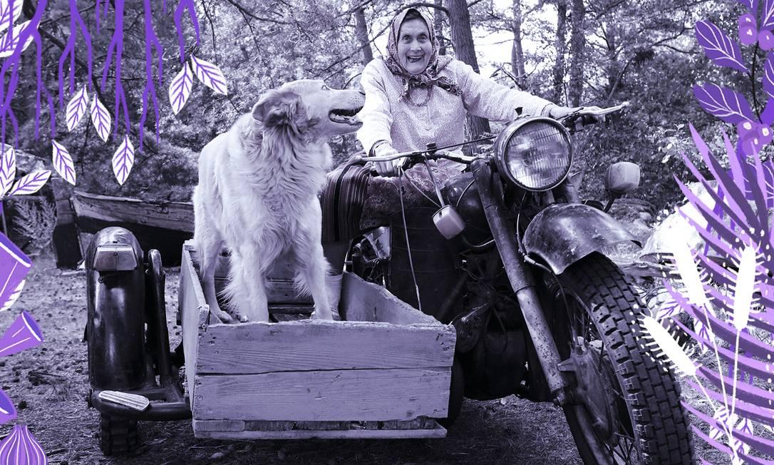 Virve Koster e seu cachorro em uma motocicleta, nos arredores de sua casa, em Kihnu. A ilha é conhecida pelo grande número de mulheres Foto: BIRGIT PUVE / NYT
